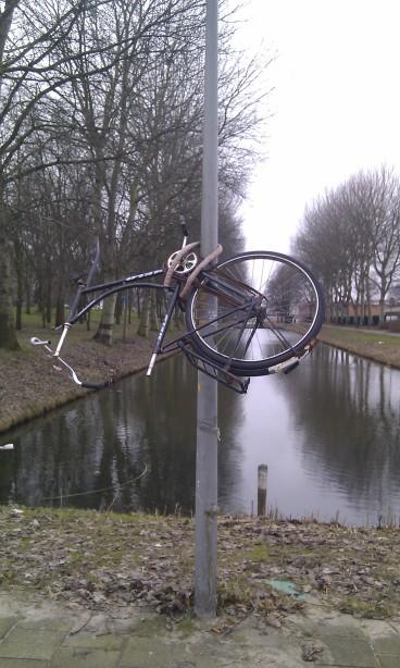 """A bicycle """"op die paal"""""""